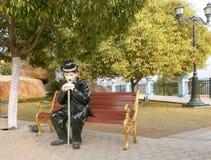 Estatua de Chaplin en parque Imagen de archivo libre de regalías