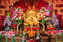 Estatua de cobre amarillo de Ganesha, templo del PA Daet en Chiangmai Tailandia Fotos de archivo