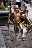 Estatua de cobre amarillo de los niños Foto de archivo libre de regalías