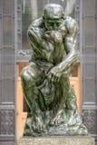 Estatua de cobre del pensador en el edificio de la filosofía de la Universidad de Columbia imagen de archivo libre de regalías