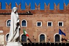 Estatua de Dante Alighieri en Verona fotografía de archivo libre de regalías