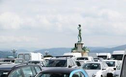 Estatua de Davids en un ambiente de un gran número de coches Foto de archivo libre de regalías