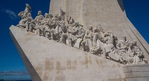 Estatua de descubrimientos con las figuras imágenes de archivo libres de regalías