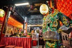 Estatua de dios en templo chino oriental viejo tradicional en Taiwán Fotos de archivo
