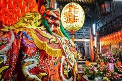 Estatua de dios en templo chino oriental viejo tradicional en Taiwán Fotografía de archivo