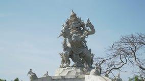 Estatua de dios que lucha con los monos en Pura Luhur Uluwatu, Bali almacen de video