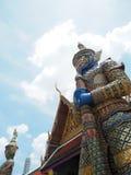 Estatua de dos gigantes con el color oro del pabellón en el templo de Tailandia fotos de archivo