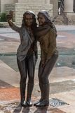 Estatua de dos muchachas que presentan para una foto del selfie en Sugar Land, TX fotos de archivo libres de regalías