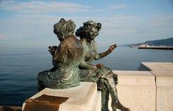 Estatua de dos mujeres Imágenes de archivo libres de regalías