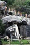 Estatua de elefantes y de monjes en el templo de la cueva, Dambulla, Sri Lanka, el 25 de enero de 2017 Fotografía de archivo