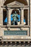 Estatua de Galileo Galilei en la fachada de la biblioteca nacional de Fotografía de archivo libre de regalías