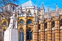 Estatua de George V y de la abadía de Westminster, Londres Foto de archivo libre de regalías