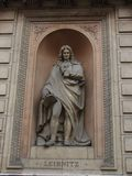 Estatua de Gottfried Leibniz fuera de la academia real de artes, Londres, Inglaterra, Reino Unido fotos de archivo libres de regalías