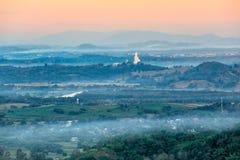 Estatua de Guan Im en la montaña en Chiang Rai, Tailandia Imagenes de archivo