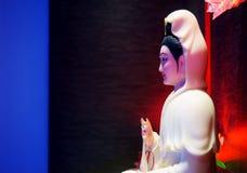 Estatua de Guan Yin en oscuridad Foto de archivo