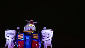 Estatua de Gundam en la noche Imagenes de archivo
