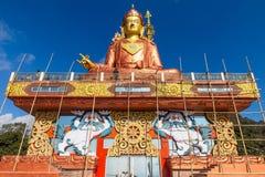 Estatua de Guru Rinpoche, el santo patrón de Sikkim que ve en la base del frente y abajo con el emplazamiento de la obra Imagenes de archivo