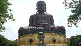 Estatua de Hugh Buddha en el paisaje de Buda de ocho montañas del Trigram almacen de metraje de vídeo