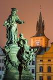 Estatua de Ivo del santo y reloj-torre de Smetana, Praga. Fotos de archivo
