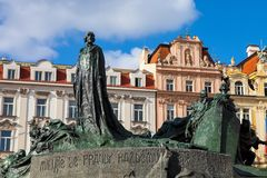 Estatua de Jan Hus, la vieja plaza en la República Checa de Praga Imagenes de archivo