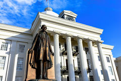 Estatua de Jefferson Davis delante del capitolio de Alabama foto de archivo