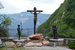 Estatua de Jesús en el pueblo cercano cruzado de Spiazzi en Italia septentrional fotografía de archivo