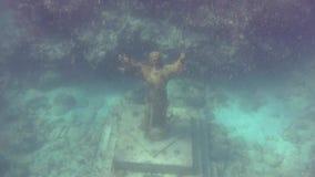 Estatua de Jesús en el suelo marino almacen de metraje de vídeo