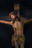 Estatua de Jesús en la cruz en la catedral de Trento fotografía de archivo