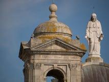 Estatua de Jesus Christ y del campanario en iglesia católica en Portugal fotos de archivo libres de regalías