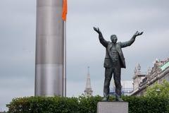 Estatua de Jim Larkin en la calle de Connell del ` de O, Dublín, Irlanda con Dublin Spire detrás imágenes de archivo libres de regalías