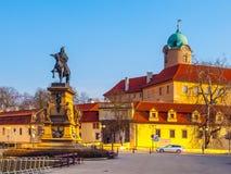 Estatua de Jiri z Podebrad con el castillo en fondo, Podebrady, República Checa Fotografía de archivo