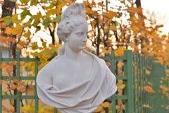 Estatua de la alegoría de la abundancia en jardín del verano foto de archivo
