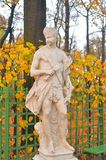 Estatua de la alegoría del mediodía en jardín del verano imagen de archivo