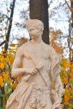 Estatua de la alegoría del mediodía en jardín del verano imagenes de archivo
