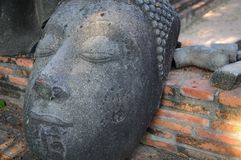 Estatua de la cabeza del ` s de Buda en la tierra Fotografía de archivo