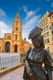 Estatua de la catedral y de Regenta de Oviedo en Asturias imagen de archivo