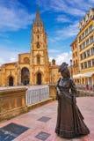 Estatua de la catedral y de Regenta de Oviedo en Asturias fotografía de archivo