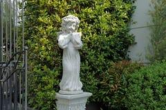 Estatua de la decoración de la muñeca de los ángeles de guarda en un jardín imágenes de archivo libres de regalías