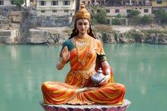 Estatua de la diosa que se sienta Parvati en el riverbank de Ganga en Rishikesh Fotografía de archivo