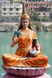 Estatua de la diosa que se sienta Parvati en el riverbank de Ganga en Rishikesh Imagen de archivo