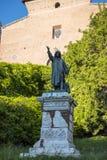 Estatua de la figura desconocida posiblemente un peregrino por la escalera al Capitoline, colina en Roma Italia Foto de archivo
