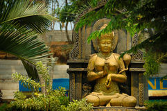 Estatua de la figura femenina del oro Imagen de archivo libre de regalías
