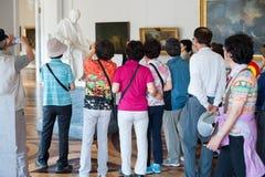 Estatua de la fotografía de los turistas de Voltaire en ermita Fotografía de archivo libre de regalías