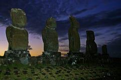 Estatua de la isla de pascua en el crepúsculo fotografía de archivo libre de regalías