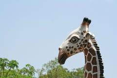 Estatua de la jirafa y del cielo vivo foto de archivo libre de regalías