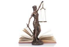 Estatua de la justicia aislada Foto de archivo libre de regalías