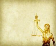 Estatua de la justicia en viejo fondo de papel Fotos de archivo libres de regalías