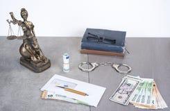 Estatua de la justicia Themis con euros y dólares del dinero Soborno y concepto del crimen Imágenes de archivo libres de regalías