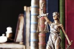 Estatua de la justicia y de los libros Fotografía de archivo libre de regalías