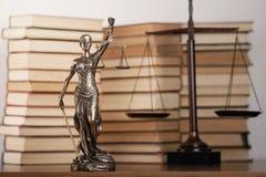 Estatua de la justicia y del libro foto de archivo